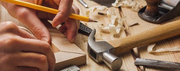 Мастер изготавливает мебель под заказ