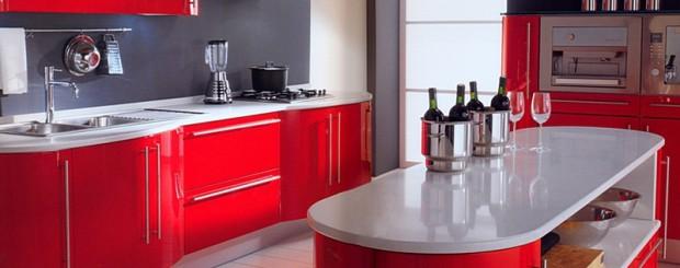 Дизайн кухни в современном стиле в сочетании с красным, белым и черным цветом.