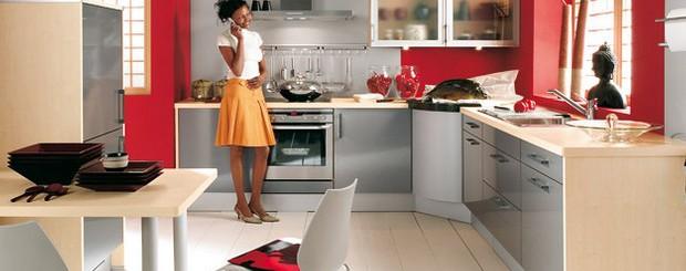 Хозяйка на кухне разговаривает по телефону