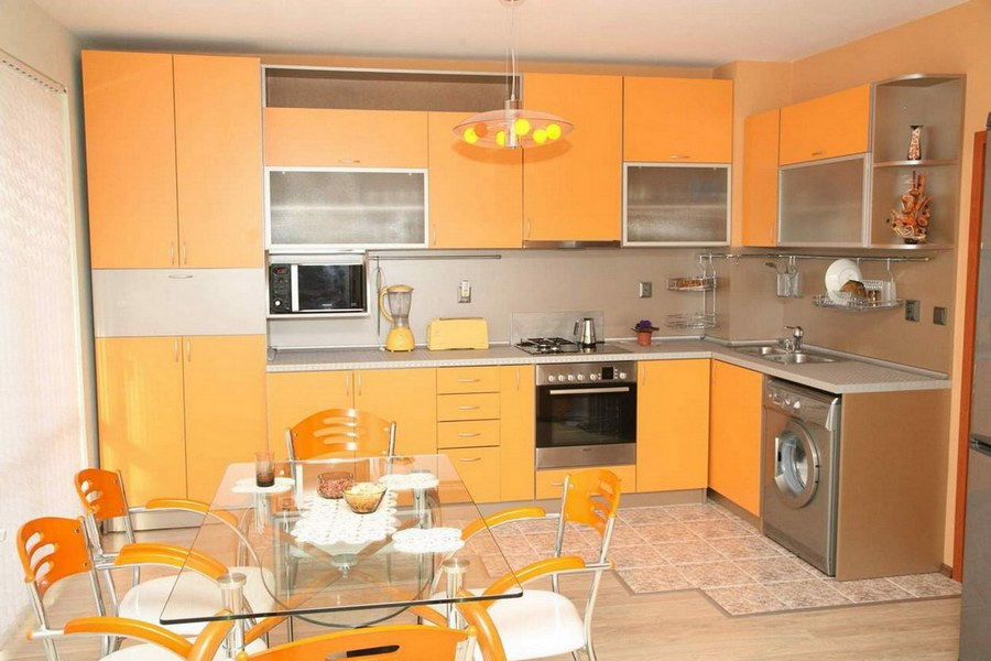 Оранжевая угловая кухня
