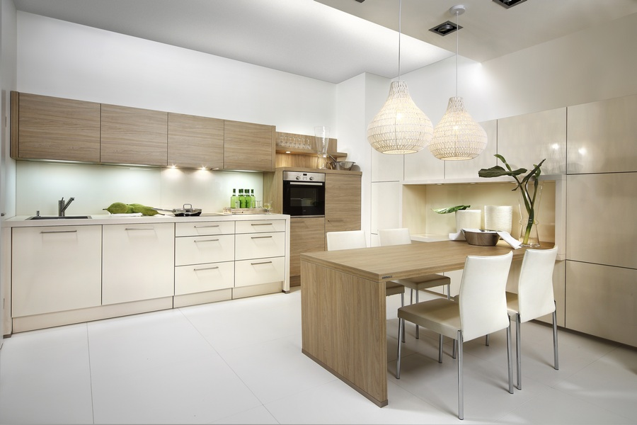Светлая кухня современного стиля с пластиковыми элементами