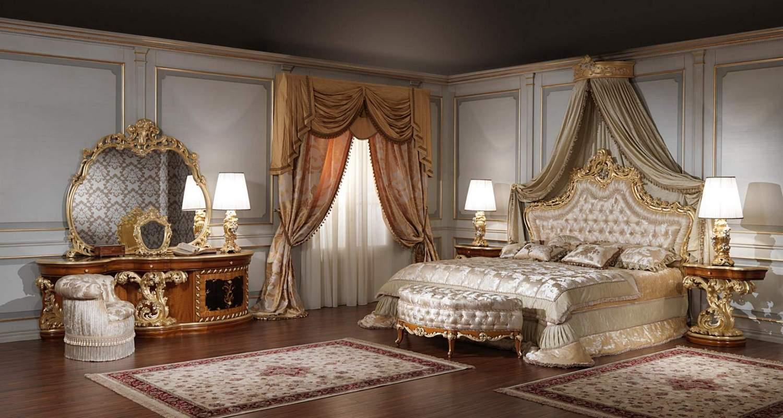 Спальня в стиле барокко с роскошной кроватью, украшенной позолотой.