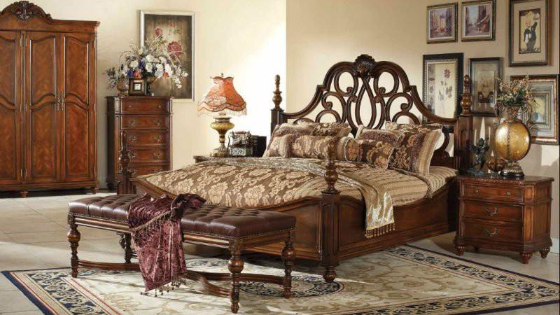 Спальня в античном стиле коричневого цвета с мебелью из натурального дерева
