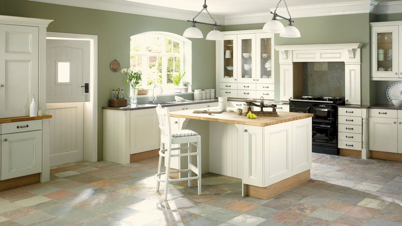 Кухня в античном стиле с мебелью белого цвета