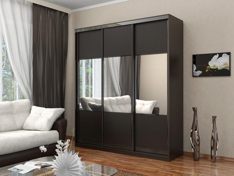 Трёхдверный корпусный шкаф-купе тёмно-серого цвета