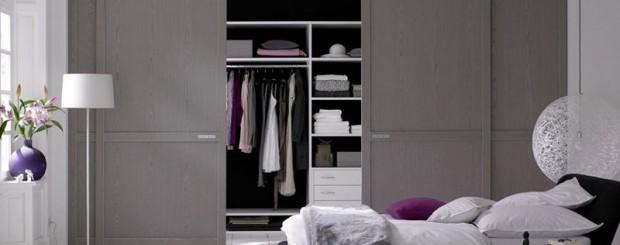 Двухдверный встроенный шкаф-купе серого цвета