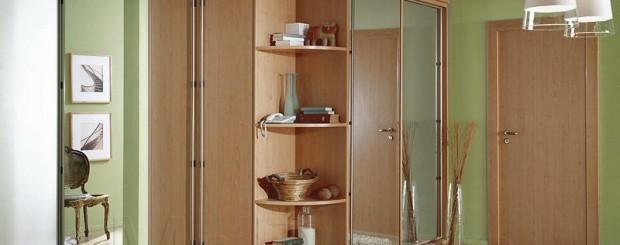 Угловой шкаф-купе светло-коричневого цвета
