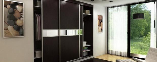 Встроенный трёхдверный шкаф-купе тёмно-коричневого цвета