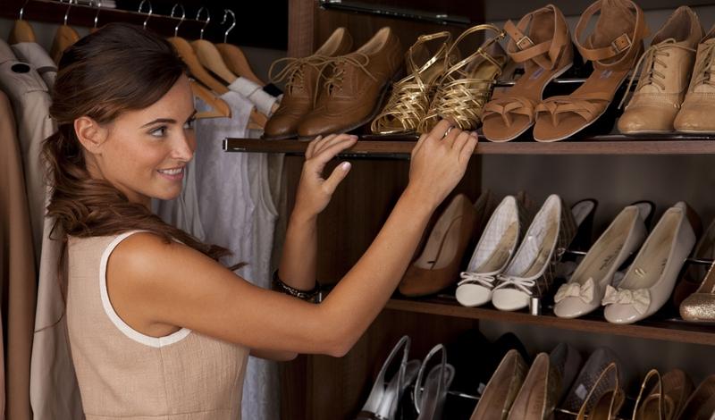 Выдвижные полки для обуви в шкафу купе